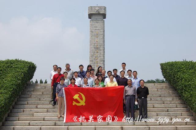 中心党支部与东海县广电局机关党支部的30余名党员,赴安峰山烈士陵园
